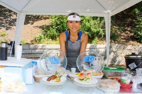 May Wisth står på Nordstrand Bad med matboden sin hele sommeren. De har utstilt maten de selger i sommer. Alt lages på bestilling.