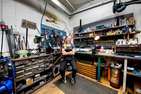 VERKSTED: Anne Marte Kvarme har sin arbeidsplass på verkstedet hos Magne Landrø i Lillestrøm.