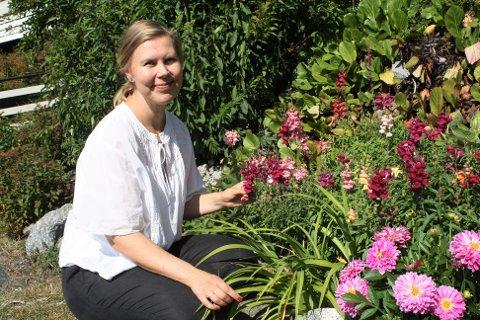 Hanne Larsen omskolerer seg og driver et firma ved siden av skolen. I tillegg jobber hun deltid på Mester Grønn på Sæter Torg.