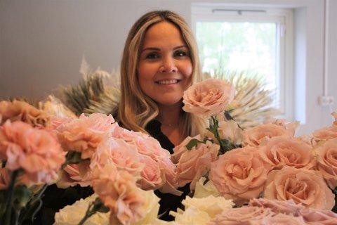 Elis Romero Raffe driver Ro og Raff. Hun dekorerer bryllup og lager hårkranser av kald porselen.