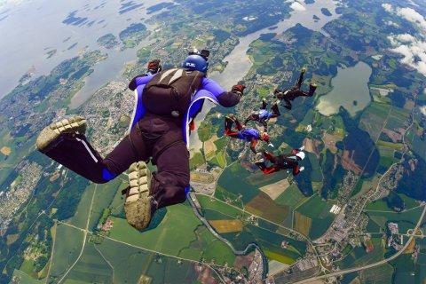 FRITT FALL: Nadia Jørgenrud og teamet hennes i Tønsberg Fallskjermklubb i fritt fall før fallskjermen løser seg ut.