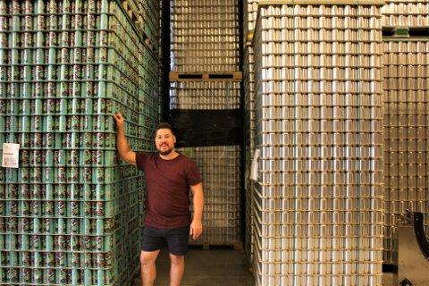 Geoffrey Jansen van Vuuren er daglig leder og medeier i Amundsen Bryggeri. Det ligger på Hauketo. Her står han mellom paller av tomme ølbokser som skal tappes med øl etter hvert.