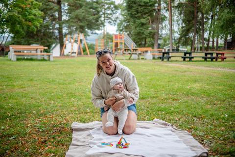 Louise og Inrgid koser seg i Høyenhallparken.