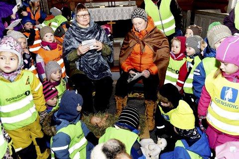 Flokket seg rundt: Barnehagebarna flokket seg rundt «Jesusbarnet» inne i Sel kirke.