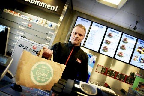 Svein Tore Nymoen, daglig leder hos Circle K på Otta, sier svinnet på bensinstasjonen har gått ned drastisk som følge av at de selger porsjoner med mat gjennom appen To Good To Go.