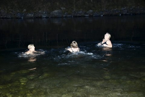 Ingen nøling: Det går raskt for seg når Marit Østerås, Irene Viken og Anita Tofte bestemmer seg for å legge på svøm i Lågen i oktober. – En må bare bestemme seg, sier de.