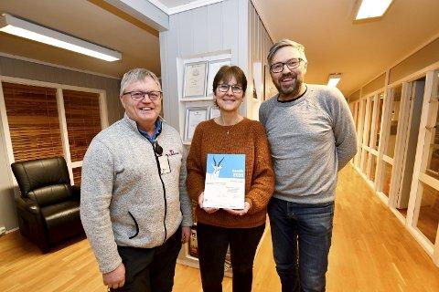 Kåret til Gaselle i 2019: Prosjektleder og styreleder Jonny Skogum, kontorleder Hilde Rødølen og prosjektleder Vidar Elda med diplom som viser at Rudi og Skogum Bygg ble kåret til gasellebedrift i 2019.