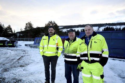 Heidal Miljøstasjon: Bjørn Tore Jøingsli, Torodd Myren og Terje Vardsveen fortel at mange har vore innom den nye miljøstasjonen dei fyrste timane etter opninga.