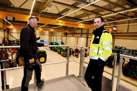 Ola Kvarberg (tillitsvalgt Felleskjøpets medlemmer i Sel og Vågå) og verkstedleder Torgeir Holen er strålende fornøyd med det nye verkstedet.