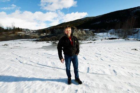 Terje Jonny Sveen, styreleder i Gudbrandsdal Slakteri As, på tomta der det kan bli bygd et nytt slakteri.