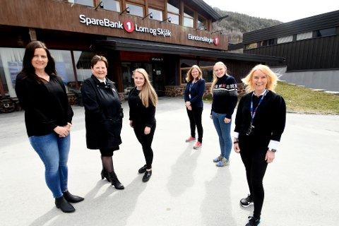 Camilla Nygård, Inger Elise Sveen og Gunn Toril Jotun i Eiendomsmegler 1 her saman med Kristin Lonbakken, Hjørdis Sletten og Unni Strand i Sparebank 1 Lom og Skjåk.