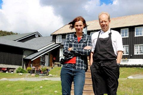 Karola Wenzel og André Sundero kan gle seg over at fleire norske gjester blir fleire døgn på hotellet.