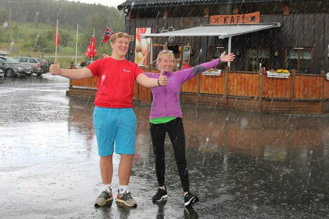 Både Jon Magne Moldal  og Nina Brag tok dei kraftige haglskurene i Randsverk fredag med godt humør.