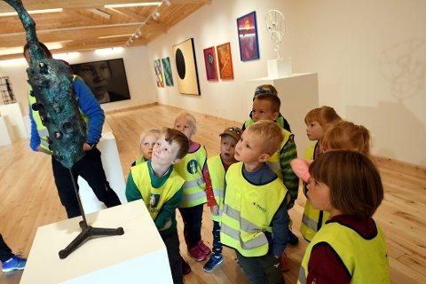 – Kva ser dykk her, spurte Sigrid Blekastad. Kunst kan tolkast på ulikt vis, noko ungane i Søre Grindstugu også gjorde.