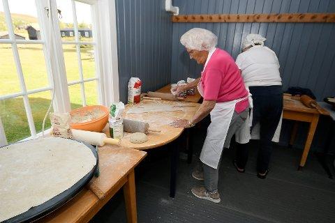Ruth Næprud har flott utsikt fra der hun står og baker flatbrød.