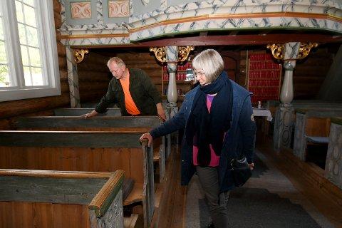 Kirketjener Runar Tullut og kirkeverge Jorunn Dagsloth Elvestad ser på det ferdig arbeidet.
