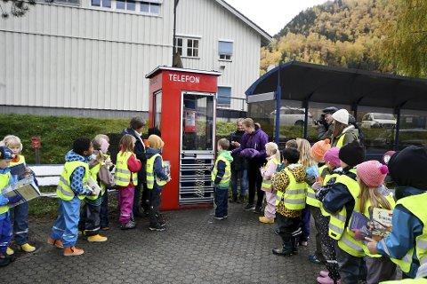 Elever fra Otta skole deltok under den offisielle åpningen av lesekiosken. Sveip til høyre for flere bilder.