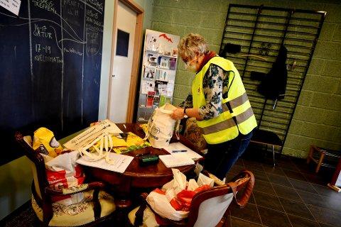 Aud Leren i gang med å fordele varer på de ulike pakkene.