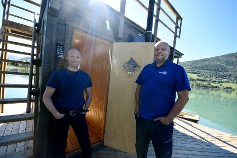 Rune Holen og Emil Skottlien fortel at det har vore stor interesse for den flytande badstua.