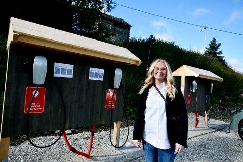 Resepsjonist Ingrid Børde forteller at det har vært stor etterspørsel etter elbilladere ved hotellet.