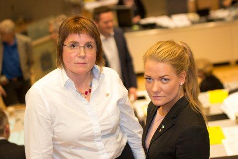 FÅR KRITIKK: Sandra Borch og Helga Marie Bjerke framsto nærmest som agenter for fylkesrådet, mener Jens Ingvald Olsen, som er kritisk til hvordan enkelte fylkesråder agerte da badelandet ble behandliet i kommunestyret i juni.