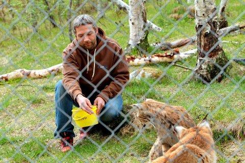 Stig Sletten er dyreansvarlig i Polar Park. Han sitter igjen med flere ubesvarte spørsmål etter at to av dyrene hans er døde.