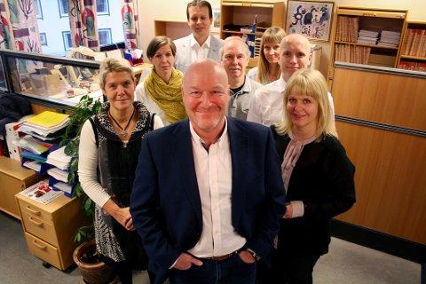 LEDER KOMMISJONEN: Frank K. Olsen, som her er omkranset av kolleger ved Senja tingrett, skal lede kommisjonen som gransker fergebrannen på Scandinavian Star.