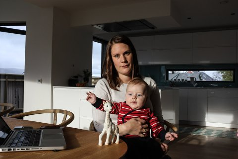 SKREMT: Carina Bjørkvoll Leknessund (32) ble livredd da hun oppdaget at sønnen Håkon var i ferd med å bli kvalt av favorittleken, giraffen Sophie. Nå råder hun andre foreldre til å ødelegge og kaste den omstridte leken.