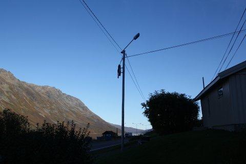 MØRKLAGT: 18 av veilysene langs E6 gjenom Rotsund, er ute av drift, forteller Aage Aslaksen. Her utenfor hans eget hus.