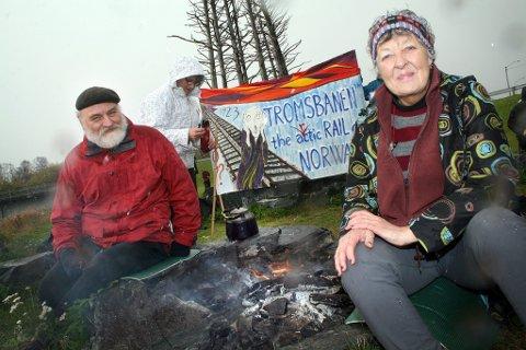 """Aksjonsleder Hilde Sagland og """"medsammensvoren"""" Reinhard Stamm ved vardebålet for Tromsbanen."""