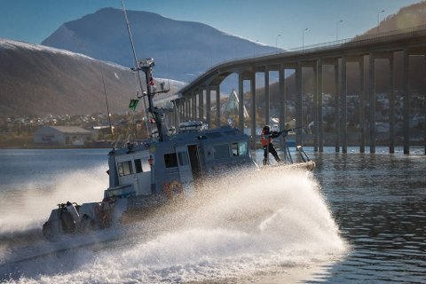 PATRULJE: Båten patruljerer utenfor havna etter at innsatsstyrkene har tatt kontroll. Tromsø-øvelsen samler nærmere 500 heimevernssoldater.