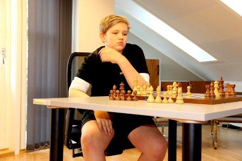 Tor Fredrik Kaasen ledet den «åpne klassen under 14» i EM etter tre partier, men holdt ikke helt inn.