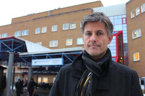 TAR IMOT PASIENTER: Fire pasienter, av dem to hardt skadde barn, skal flys fra Svalbard og til Tromsø. UNN-direktør Tor Ingebrigtsen har i tillegg sendt opp personell for å bistå UNN Longyearbyen.