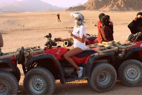 FIREHJULING: Dagene har gått til å kjøre firehjuling, ri på kamel og ligge i solen, kan en lese på Nielsens blogg.