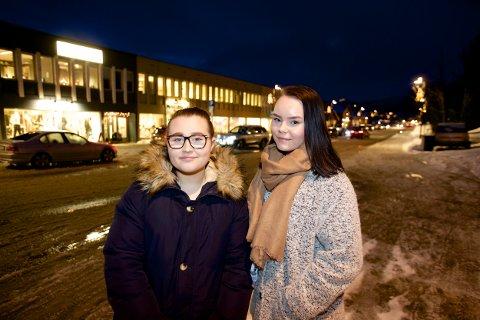 Vilde Karlsen og Hannah Larsen fra Skjervøy Ungdomsråd tror de høye Klamydia-tallene har sammenheng med en utbredt festekultur i Nord-Troms. I 2016 skal rådet kjøre en kampanje for å sette fokus på psykisk helse og rus blant unge. Foto: Ola Solvang