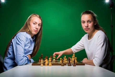 Monika og Edit Machlik kan bli de første tvillingene som spiller i eliteserien i sjakk. Foto: Marius Fiskum