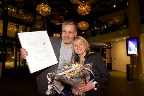 Nordlys vant Mediebedriftenes Landsforenings (MBL) markedspris for 2014. Danny Pellicer, som er prosjektleder for content marketing i Nordlys og salgsdirektør Lena Slåtto. Foto: Ola Solvang