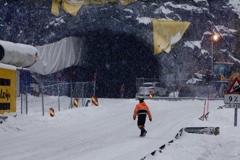 Det er dårlig fart på tunnelbyggingen. Det spanske selskapet skulle sprenge 100 meter i uka. De har klart 100 meter i måneden. Foto: Ola Solvang