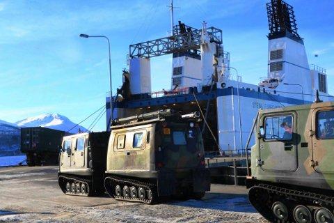 Hundrevis av militære kjøretøyer fra indre Troms ble på torsdag lastet opp i dette lastefartøyet for transport sjøveien  til Finnmark og øvelse Joint Winter.