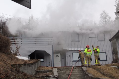 UNDER KONTROLL: Brannvesenet skal ha kontroll på brannen i det ubebodde huset i Skårvika i Salangen.