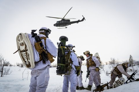 Soldater fra 2. bataljon på Skjold øver i området ved Porsangmoen. 13. mars i år. I framtida kan Porsanger bli fast base for militæravdelingen som i dag holder til i Øverbygd. Foto: Ole-Sverre Haugli/Hæren