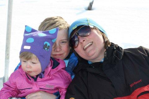 FLYTTER: Lin Klemetsen tar familien med og flytter fra Karlsøy til det sentrale Østlandet. Her er hun sammen med sønnen Vebjørn og datteren Tiril.