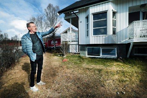 BERGET SEG UT: Kjell Skog lå og sov da han plutselig ble vekket av brannalarmen hjemme på Kvaløysletta i Tromsø i går morges. Mens kjøkkenet hans sto i full fyr, fikk Skog berget seg ut på taket av boligen. Deretter varslet han om brannen som ble slukket i løpet av kort tid.