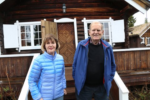 LANGVANNET 2015: Mai og Haakon Bredrups som eier hytten i dag står her omtrent på samme stedet foran hytta der Kong Haakon ble fotografert 17. mai 1940, sammen med sin sønn kronprins Olav, Johan Anker og Oswald Nordlie.