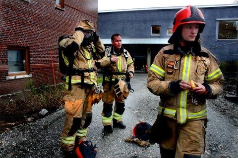 FAREN OVER: Mannskaper fra brannvesenet etter de stanset lekkasjen.