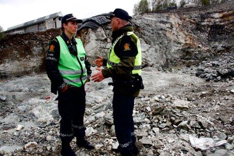 BYGGEPLASS: Innsatsleder Siv Renland og politiførstebetjent Espen Wang foran sprengningsstedet.