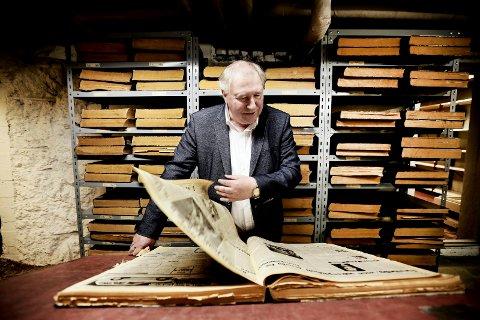 I ARKIVET: Jonny Hansen blar i over 30 år gamle aviser, på jakt etter den første artikkelen han hadde på trykk som Nordlys-journalist. I dag er han formelt pensjonist. - Jeg går ned til 100 prosent stilling, skøyer han. For en rekke bokprosjekter venter.