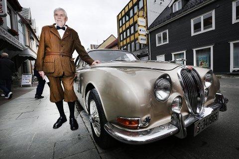 BILDRESS: Stein Tjosaas' dress er sydd for å passe til bilen, en Jaguar S-type fra 1965.