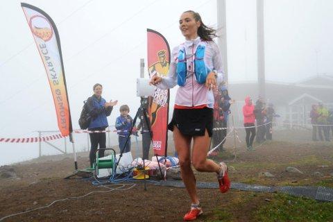 Yngvild Kaspersen, her fra seieren i Tromsø Skyrace for noen uker siden, imponerte igjen i et stort fjelløp i Sveits. Nå vanker det ros fra verdensener Emelie Forsberg, som tror tromsøjenta snart vil kunne få sponsorstøtte.
