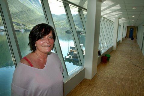 Daglig leder Rita Karlsen viser fram det nye industribygget på Husøy
